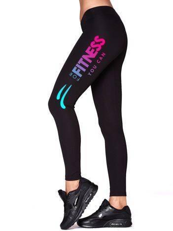 Czarne długie legginsy fitness z nadrukiem na nogawce