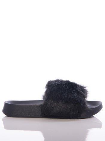Czarne klapki z ozdobnym sztucznym futerkiem na przodzie cholewki