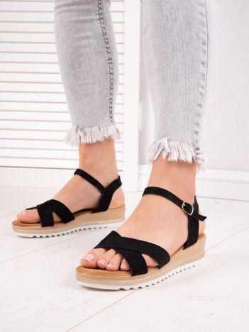 Czarne sandały BELLO STAR na podwyższeniu z paskami na krzyż