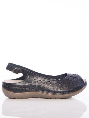 Czarne sandały Sabatina z ażurową cholewką w kwiaty i profilowaną podeszwą