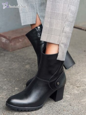 Czarne skórzane botki Maciejka na szerokim klocku z ozdobnymi przetarciami na przodzie i tyle buta