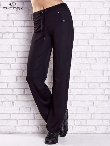 Czarne spodnie damskie dresowe z haftowanymi wstawkami PLUS SIZE