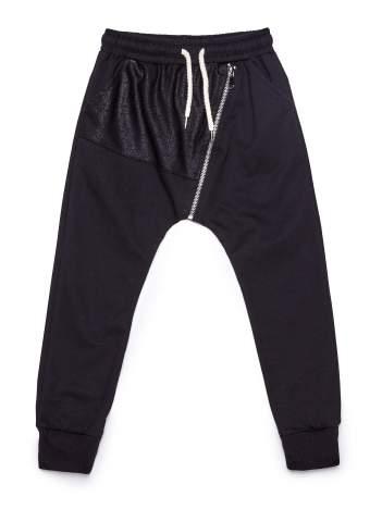 Czarne spodnie dresowe chłopięce z suwakiem