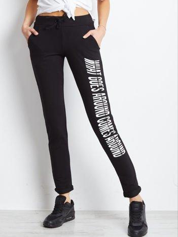Czarne spodnie dresowe z nadrukiem na nogawce