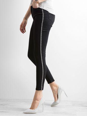 Czarne spodnie jeansowe z lampasami