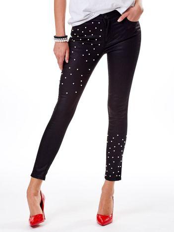 Czarne spodnie rurki z perełkami