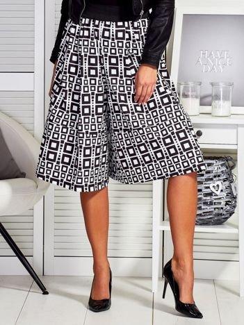 Czarne szerokie spodnie w geometryczne wzory
