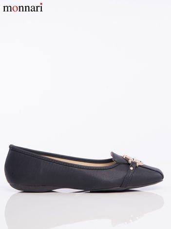 Czarne tłoczone baleriny Monnari z ozdobną złotą przypinką na przodzie buta