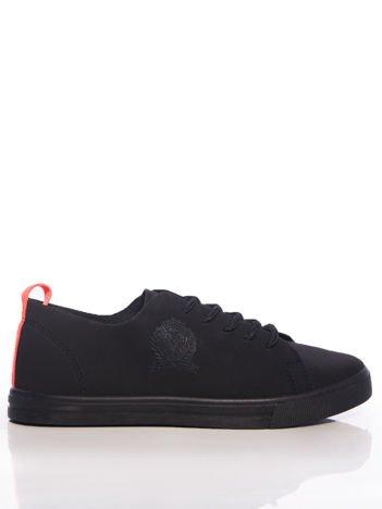 Czarne trampki z neopomarańczowymi uchwytami na tyle buta