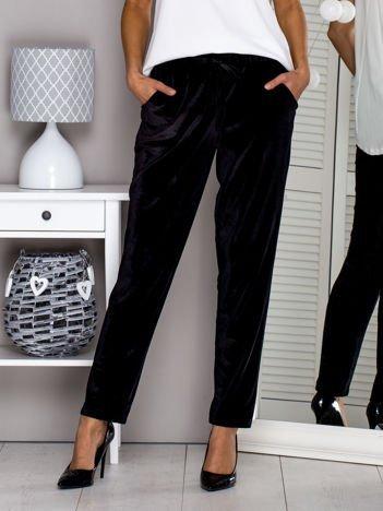 Czarne welurowe spodnie z troczkami