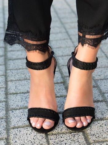 Czarne zamszowe sandały na szpilkach z finezyjnym obszyciem zapinane na sprzączkę