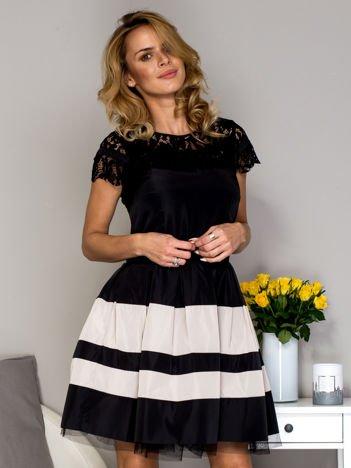 Czarno-beżowa sukienka ze spódnicą w pasy
