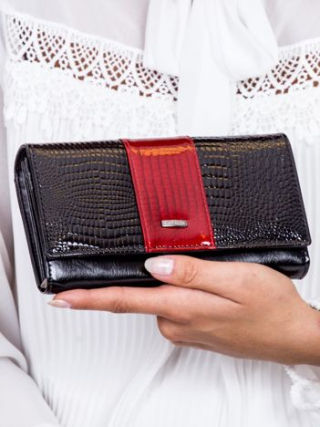 Czarny lakierowany portfel z motywem skóry krokodyla