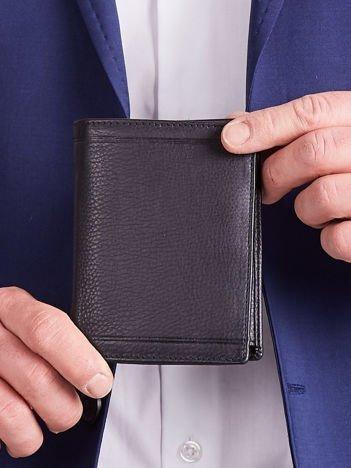 Czarny pionowy męski portfel ze skóry