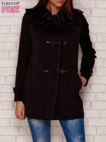 Czarny płaszcz ze skórzaną lamówką