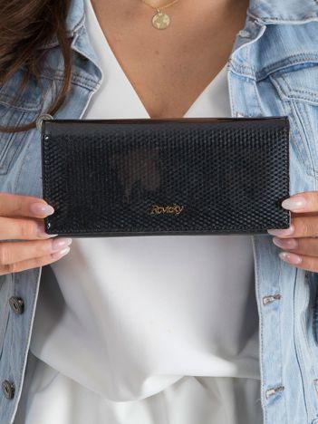 Czarny skórzany portfel w drobny wzór