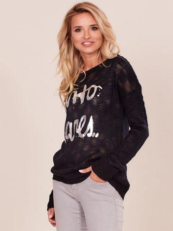 Czarny sweter damski z napisem