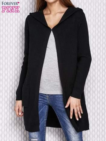 Czarny sweter z kapturem w prążek
