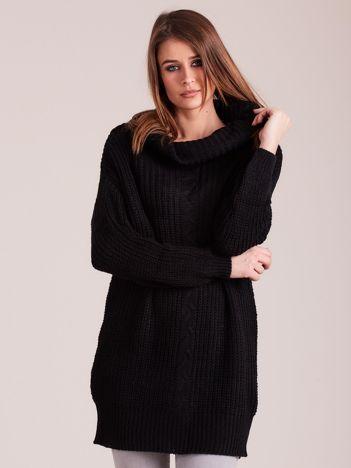 Czarny sweter z luźnym golfem