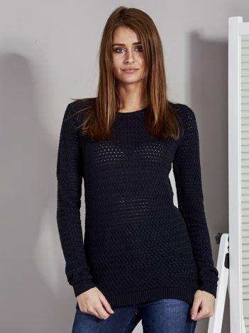 Czarny sweter z plecionym splotem