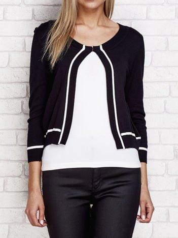 Czarny sweter z zapięciem na haftkę