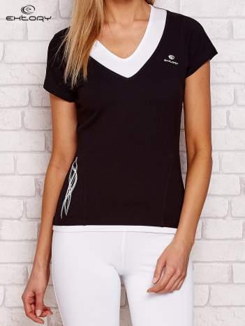 Czarny t-shirt z trójkątnym dekoltem