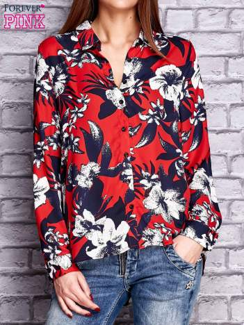 Czerwona koszula z motywem kwiatowym