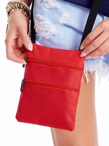 Czerwona materiałowa torba saszetka
