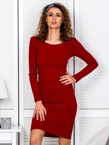 Czerwona prążkowana sukienka z kokardą z tyłu