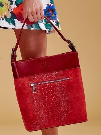 Czerwona skórzana torba z motywem skóry krokodyla