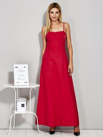 Czerwona sukienka wieczorowa z drapowaniem