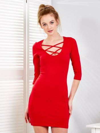 Czerwona sukienka z cienkimi paseczkami przy dekolcie