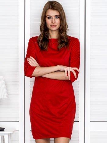 Czerwona sukienka z imitacji zamszu