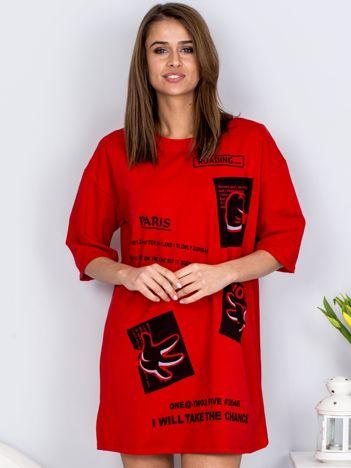 Czerwona sukienka z nadrukiem naszywek o kroju oversize