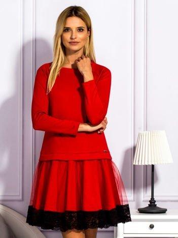 Czerwona sukienka z tiulową spódnicą