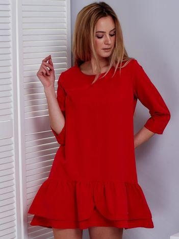 Czerwona sukienka z warstwową falbaną
