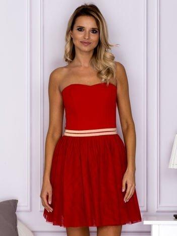 Czerwona tiulowa sukienka z błyszczącym paskiem