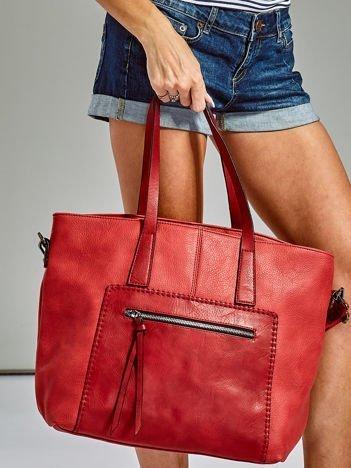Czerwona torba z ozdobną kieszenią