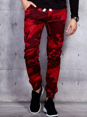 Czerwone męskie spodnie joggery we wzór moro