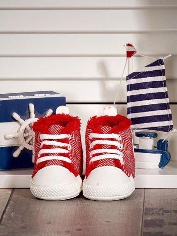 Czerwone ocieplane buciki dziecięce w wzór jodełki