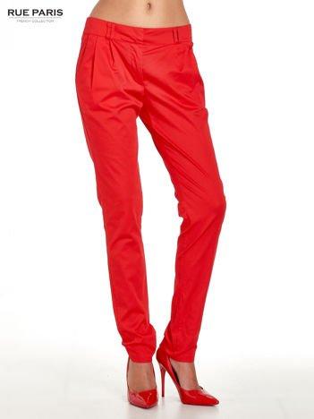 Czerwone spodnie cygaretki z zakładkami