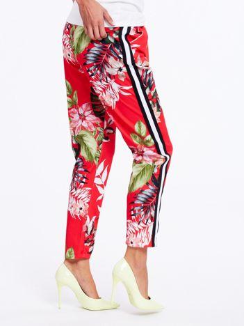Czerwone spodnie w kwiaty z lampasami