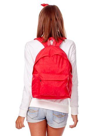 Czerwony materiałowy plecak