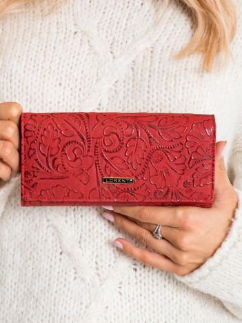 Czerwony portfel skórzany z roślinnym wzorem