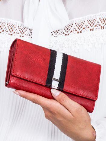 Czerwony portfel z kontrastową wstawką w paski