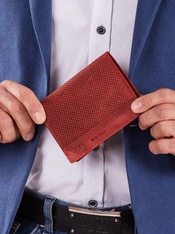 Czerwony skórzany portfel męski z motywem plecionki