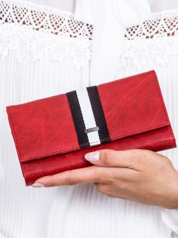 Czerwony skórzany portfel ze wstawką w paski