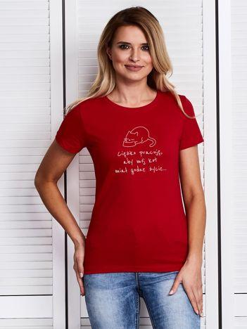 Czerwony t-shirt CIĘŻKO PRACUJĘ ABY MÓJ KOT MIAŁ GODNE ŻYCIE