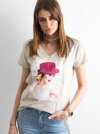 Damski beżowy t-shirt z aplikacją