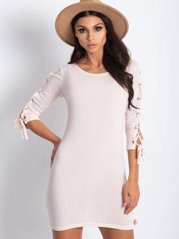 Dopasowana sukienka lace up w szeroki prążek jasnoróżowa